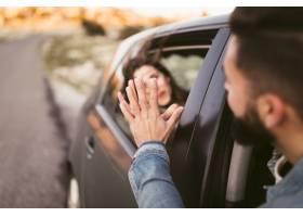 握手的艺术性的照片男人和妇女在汽车外面_6209543