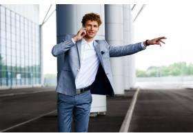 捉住汽车和谈话在电话的年轻半神��者红发商人的图片_7838499