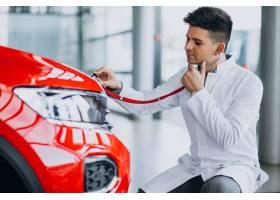 有听诊器的汽车技术员在汽车陈列室_6190085