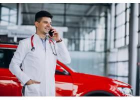 有听诊器的汽车技术员在汽车陈列室谈话在电_6190093