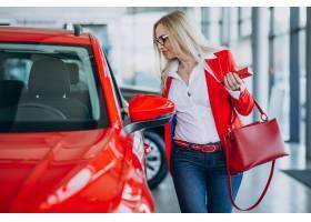 寻找一个汽车机动性的女商人在汽车陈列室_7869432