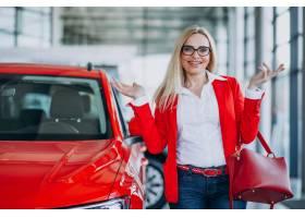 寻找一个汽车机动性的女商人在汽车陈列室_7869437