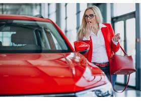 寻找一个汽车机动性的女商人在汽车陈列室_7869439