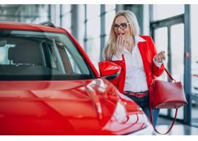 寻找一个汽车机动性的女商人在汽车陈列室_7869440