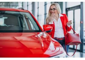 寻找一个汽车机动性的女商人在汽车陈列室_7869441