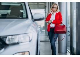 寻找一个汽车机动性的女商人在汽车陈列室_7869442