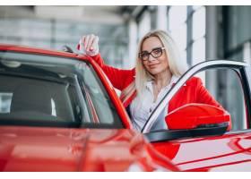 寻找一个汽车机动性的女商人在汽车陈列室_7869446
