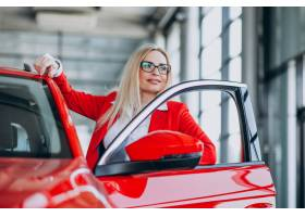 寻找一个汽车机动性的女商人在汽车陈列室_7869447