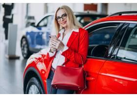 寻找一个汽车机动性的女商人在汽车陈列室_7869452