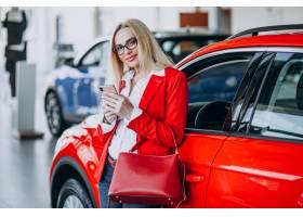 寻找一个汽车机动性的女商人在汽车陈列室_7869453