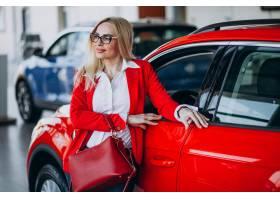 寻找一个汽车机动性的女商人在汽车陈列室_7869455