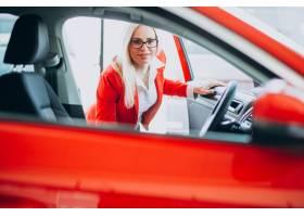 寻找一个汽车机动性的女商人在汽车陈列室_7869470