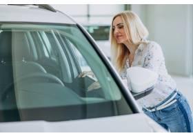 寻找一个汽车机动性的女商人在汽车陈列室_7869611