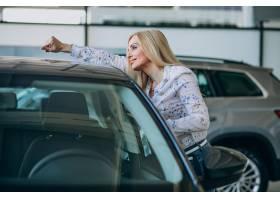 寻找一个汽车机动性的女商人在汽车陈列室_7869616
