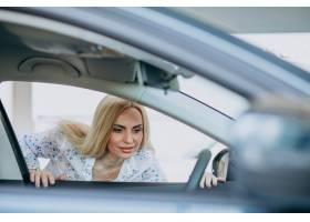 寻找一个汽车机动性的女商人在汽车陈列室_7869621