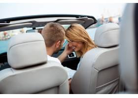 微笑年轻美好的夫妇坐在汽车附近的汽车_7599987