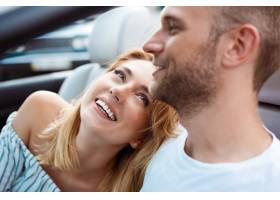 微笑年轻美好的夫妇坐在汽车附近的汽车_7599998