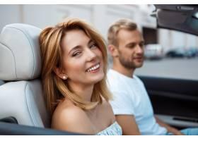 微笑年轻美好的夫妇坐在汽车附近的汽车_7600008