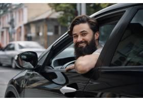 微笑的年轻人当驾驶汽车时_7120138