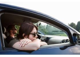 微笑的年轻夫妇坐在汽车享受山景_7780944