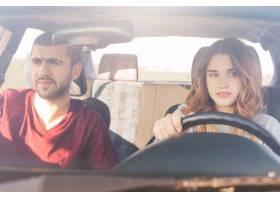 在汽车的夫妇在公路旅行集中的经验丰富的_8537844