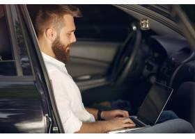 坐在汽车的时髦的①商人和使用膝上型」计⌒ 算机_5912678