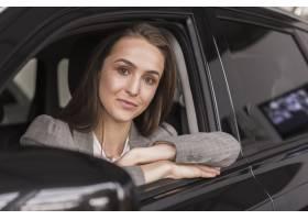 坐在汽车的美丽的妇女画象_6318466