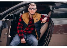 坐在汽车的英俊的人画象_7870124