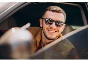 坐在汽车的英俊的人画象_7870132