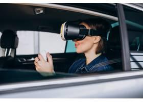 坐在汽车里面的妇女佩带的vr玻璃_6190900