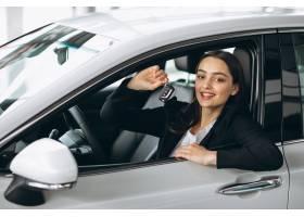 坐在汽车里面的妇女和拿着钥匙_5852252