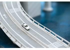 关闭在立交桥交通概念的模型小汽车_6446491