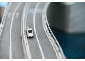 关闭在立交桥交通概念的模型小汽车_6446492