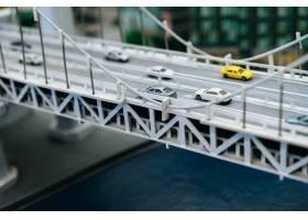 关闭在立交桥交通概念的模型小汽车_6446504