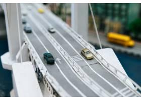 关闭在立交桥交通概念的模型小汽车_6446507