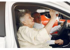 典雅的老夫妇在汽车沙龙_7376627