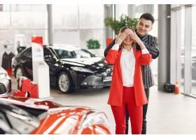 在汽车沙龙的时尚和典雅的夫妇_7091328