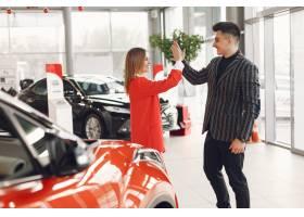 在汽车沙龙的时尚和典雅的夫妇_7091332
