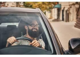 一个现代有胡子的人驾驶汽车_7120143