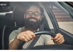 一个现代有胡子的◆人驾驶汽车_7120144