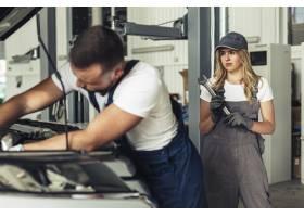 一起修理汽车的男人和妇女_5820184