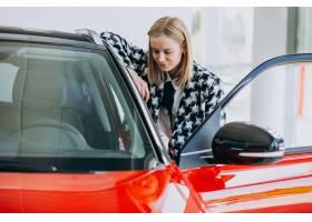 买一辆汽车的少妇在汽车陈列室_8380418