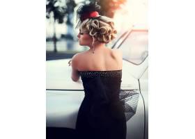 与明亮的构成和卷曲发型的美丽的性感的时尚_6882649
