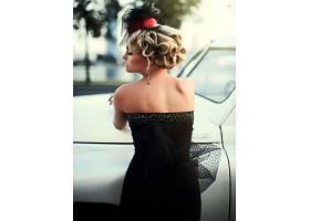 与明亮的构成和卷曲发型的美丽的性感的时尚_6882650