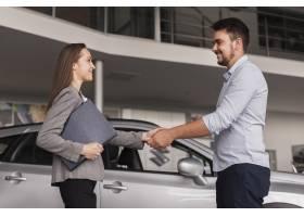 侧视图年轻人握手与汽车经销商_6318416
