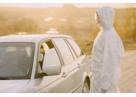 保护套装中的人检查温度_8355974