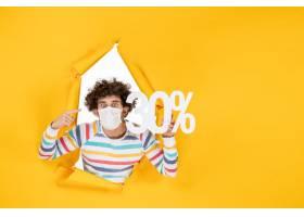在拿着在黄色颜色购物病毒健康covid的面具_16384653