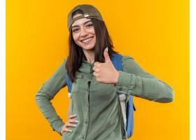 有显示赞许的盖帽的微笑的年轻学校妇女佩带_17422725