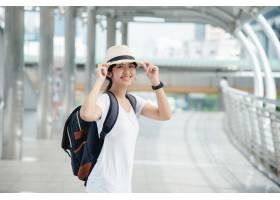 有背包的愉快的微笑的亚裔学生女孩在城市背_4835559