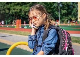 一个小女孩太阳镜的小学生打电话只是说_17327182